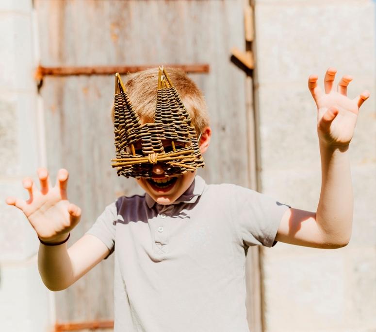 Atelier vannerie enfant masque chat osier tressé